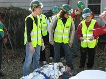 Аварийная ситуация отвечает команда помогая раненой персоне Стоковые Изображения