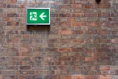 Аварийные знаки пожарного выхода установленные на стену могут ясно увидеть аварийную систему пожарной сигнализации концепции безо стоковые изображения