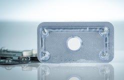 Аварийные противозачаточные таблетки в пакете волдыря на запачканной предпосылке утра после таблеток Причина лекарства внематочно стоковые фото