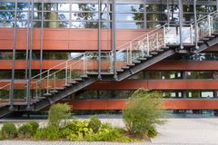 Аварийный выход лестницы пожарной лестницы на предпосылке современного фасада здания Стоковые Фотографии RF