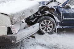 Авария автокатастрофы на дороге зимы снежной стоковые изображения