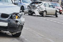 Авария автокатастрофы на улице, поврежденных автомобилях после столкновения в городе стоковое изображение rf
