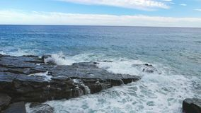 Авария волн моря над скалистым побережьем видеоматериал