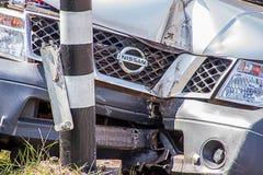 Авария грузового пикапа Nissan ударила лампу обочины на районе Muang Стоковые Изображения RF