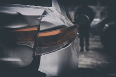 Авария, нам нужно деньги отремонтировать автомобиль, сломленную заднюю лампу связанную тесьмой с клейкой лентой стоковое фото