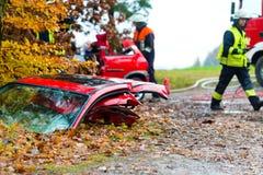 Авария - пожарная команда спашет жертву автомобиля Стоковые Изображения