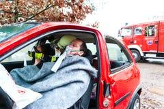 Авария - пожарная команда спасает жертву автомобиля Стоковая Фотография RF