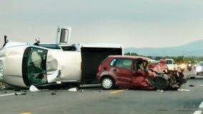 авария столкновения автомобилей автомобиля большая имеет скорость замороженную хайвеем стоковая фотография