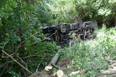 Авария тележки Тележка разбила на дороге и переворачивала стоковая фотография rf