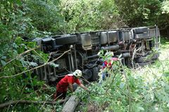 Авария тележки Тележка разбила на дороге и переворачивала стоковое фото rf