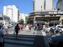 Авария угловой мотоциклист Homero Manzi Буэноса-Айрес Аргентины падает вниз улица помогать полицией и докторами Стоковые Изображения RF