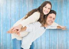 давать езду piggyback человека к женщине стоковые изображения rf