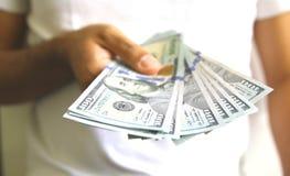 давать деньги Оплачивать для обслуживания или продукта Стоковое фото RF