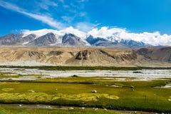 августовская ясность освещает величественный spectacular rainer mt утра вверх Kongur 7695m как увидено от шоссе Karakorum, Синьцз стоковые фото