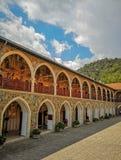 Август 2018 - Кипр: Шикарное здание в греческом правоверном монастыре Kykkos со множественными арками которые предусматриваны в м стоковые изображения rf