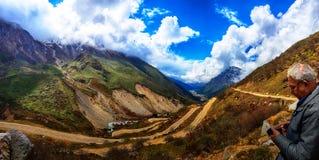Август 2019, пункт Jalebi, Gangtok, Индия Туристское принимая видео холмистой дороги на точка зрения jalebi используя камкордер в стоковое изображение
