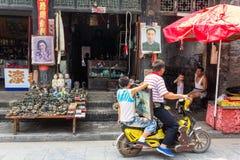 Август 2013 - Pingyao, Шаньси, сцена жизни газеты Чайна Дэйли в южной улице Pingyao стоковые изображения