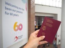 Август 2018 - Zaventem, Бельгия: Рука держа бельгийский пасспорт a стоковые фото