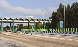 Авейру, Португалия - август 2018: Главным образом пустая пошлина и в шоссе Португалии Через Verde как вариант оплаты стоковое фото