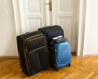 Авиабилет, пасспорт и багаж стоковое изображение
