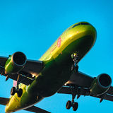 Авиакомпании аэробуса A319-100 S7 на заходе солнца Стоковые Фото