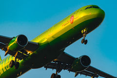Авиакомпании аэробуса A321-100 S7 на заходе солнца Стоковое Изображение RF
