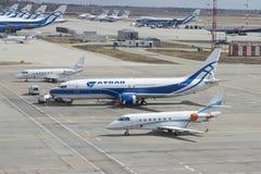 Авиакомпании Боинга 737-400 (VP-BCK) Atran воздушных судн на гудронированном шоссе авиапорта Sheremetyevo Стоковое Изображение