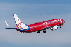 Авиакомпании Боинг 737 Австралии девственницы авиакомпаний Virgin Blue принимая от авиапорта Сиднея стоковые изображения rf