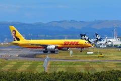 Авиакомпании Боинг 757 груза DHL Tasman в ливрее Джереми Clarkson грандиозного путешествия ездя на такси на международном аэропор Стоковые Фото