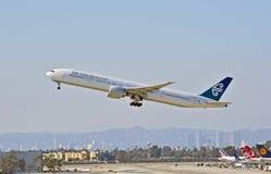 Авиакомпании Боинг 777-319 уходя Лос-Анджелес Новой Зеландии стоковое фото rf