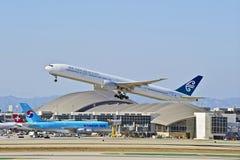 Авиакомпании Боинг 777-319 уходя Лос-Анджелес Новой Зеландии стоковое изображение