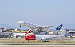 Авиакомпании Боинг 777 уходя Лос-Анджелес Новой Зеландии стоковое изображение