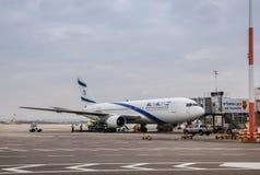 Авиакомпании Боинг 767-200 Эль-Аль Израиля в авиапорте Бен-Gurion стоковая фотография