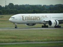 Авиакомпании Боинг 777 эмиратов Стоковые Фотографии RF
