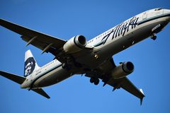 Авиакомпании Боинг 737 Аляски приходя внутри для посадки стоковая фотография