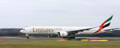Авиакомпании Боинг 777 эмиратов в движении Стоковая Фотография RF