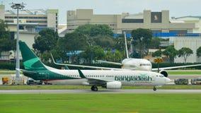 Авиакомпании Боинг 737-800 Biman Бангладеша ездя на такси на авиапорте Changi Стоковые Изображения