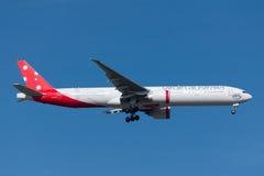 Авиакомпании Боинг 777-3ZG/ER VH-VPE Австралии девственницы на подходе к земле на международном аэропорте Мельбурна Стоковое Фото