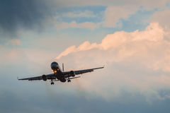 Авиакомпании крылов Туполева 204 красные приземляясь в грозу Стоковые Изображения