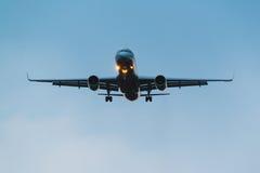 Авиакомпании крылов Туполева 204 красные приземляясь в грозу Стоковая Фотография RF