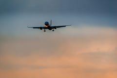 Авиакомпании крылов Туполева 204 красные приземляясь в грозу Стоковое Изображение