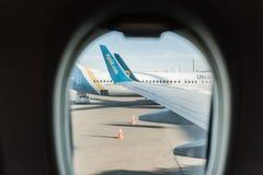 Авиакомпании международных перевозок пассажирского самолета UIA Ukrain в авиапорте Техническое обслуживание самолета Авиапорт Bor стоковые изображения