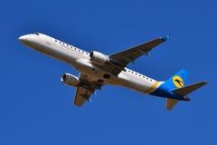 Авиакомпании международных перевозок Embraer ERJ-190 Украины Стоковые Изображения