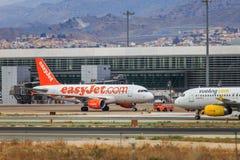Авиакомпании Easyjet и Vueling низкой цены стоковые изображения