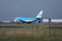 Авиакомпании KLM королевские голландские выпускают струю в авиапорт Амстердама, задний взгляд от уровня травы Стоковая Фотография RF