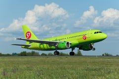 A319 авиакомпании S7 принимают  Стоковые Изображения RF