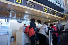 Авиакомпания проверяет внутри против Стоковая Фотография
