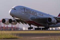 Авиалайнер авиакомпаний A380 эмиратов принимая  Стоковые Фото