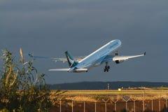 Авиалайнер двигателя Cathay Pacific принимая от Сиднея, Австралии Стоковая Фотография