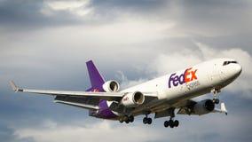 Авиалайнер двигателя Federal Express McDonnell Douglas MD-11F в полете Стоковые Изображения